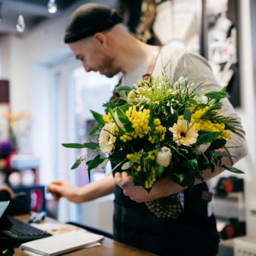 Blumenstrauss weiss gelb Blumenverkäufer