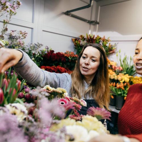 Blumenverkäuferin Blumenauswahl