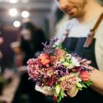Verkäufer Blumenstrauss binden