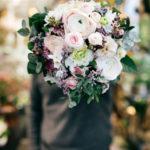 Mann mit Blumenstrauss